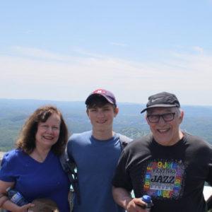 Gastfamilie vor einer weitläufigen Landschaft