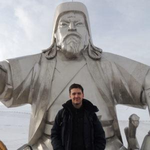 Jugendlicher vor einer Statue