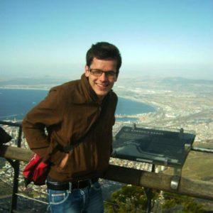 Jugendlicher auf einer Aussichtsplattform über Kapstadt