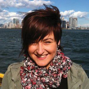 Junge Frau vor einer Skyline
