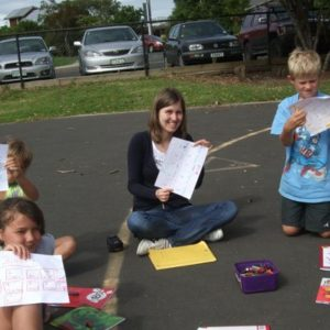 Junge Frau mit Kindern beim Malen