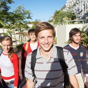 Gruppenfoto von Jugendlichen auf einem Campus