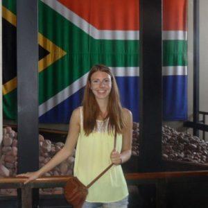 Jugendliche vor einer Südafrika-Flagge