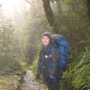 Backpackerin im Wald
