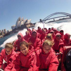 Jugendliche beim Motorboot fahren in Sydney