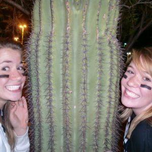 Zwei Jugendliche mit einem Kaktus