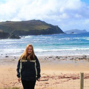 Mädchen vor den Klippen Irlands