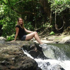Jugendliche an einem Wasserfall