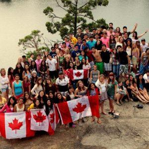 Gruppenbild von Jugendlichen mit Kanada-Flaggen