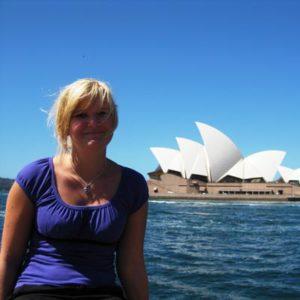 Junge Frau vor der Oper in Sydney