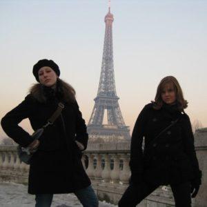 Zwei Junge Frauen am Eifelturm