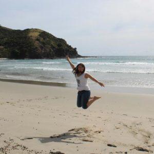 Sprungbild einer Jugendlichen am Strand