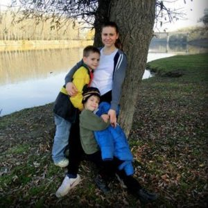 Freiwillige mit Kindern an einem Fluss in Moldawien
