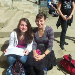 Zwei Jugendliche auf einer Treppe in Oxford