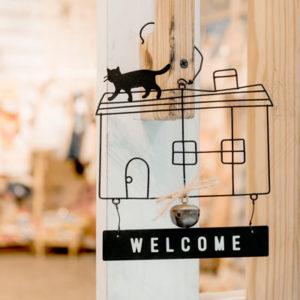 Türschild Welcome mit einem Haus und einer Katze