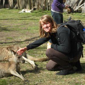 Junge Frau mit Kangaroos