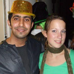 Zwei junge Erwachsene mit Kostümen