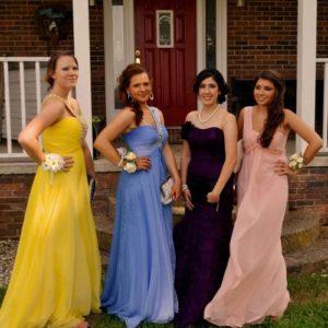 Jugendliche mit Prom-Kleidern vor einem Haus