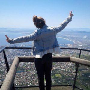 Mädchen auf einer Aussichtsplattform über Kapstadt