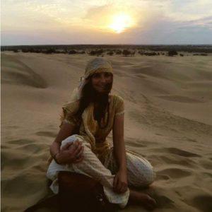 Jugendliche auf Dünen in Indien