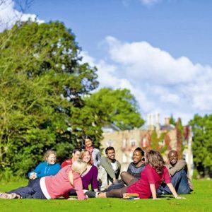 Jugendliche versammelt auf einer Wiese