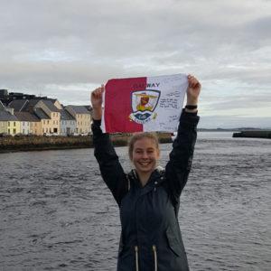 Jugendliche an der Küste Galways