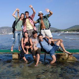 Gruppenfoto von Jugendlichen auf einem Steg am Meer