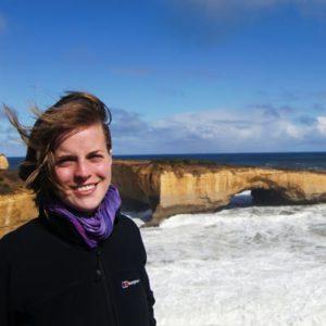 Jugendliche vor Klippen in Australien