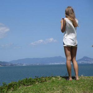 Mädchen fotografiert Bucht
