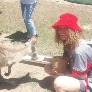 Schülerin beim Füttern eines Kängurus
